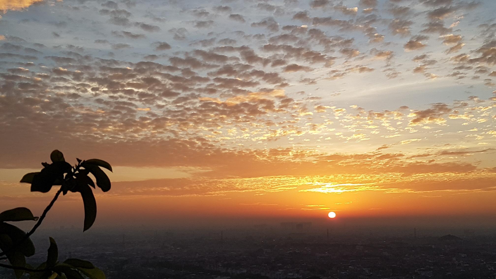 자카르타 동쪽하늘에 펼쳐지는 일출모습..jpg