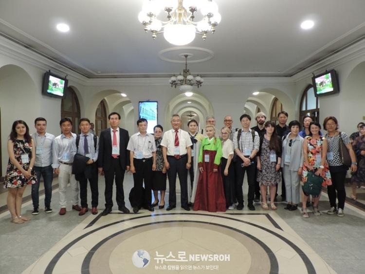 카잔연방대 본관 로비에서의 해외 참가자들.jpg