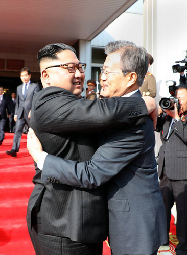 마지막 날 또 포옹 청와대 제공.jpg