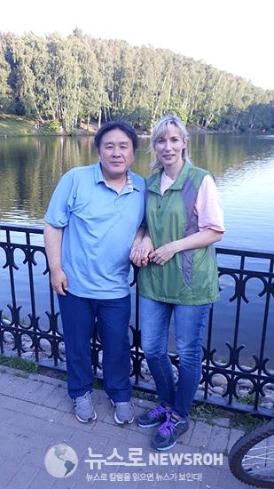 지난 여름 집앞 공원에서 아내와 자전거타면서.jpg