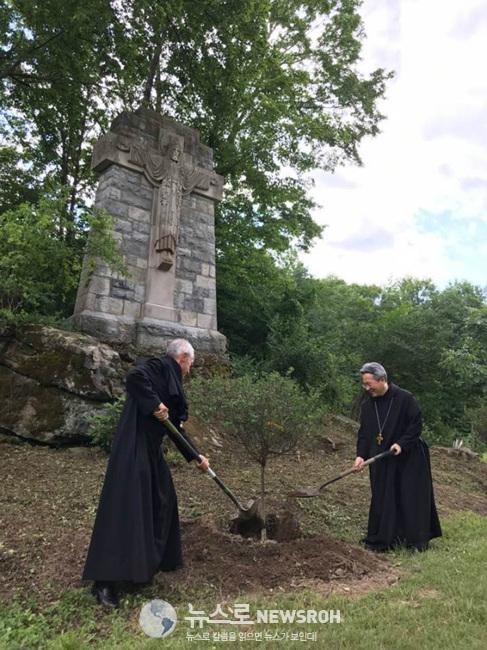 성 베네딕토 수도원의 노트겔 수석 압바스(Abbas)와 박현동 브라쇼워 왜관 압바스가 직접 '미스김 라일락'을 심고 있다.jpg
