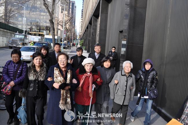 2011년 12월 할머니 홀로코스트 일본대표부 항의방문.jpg