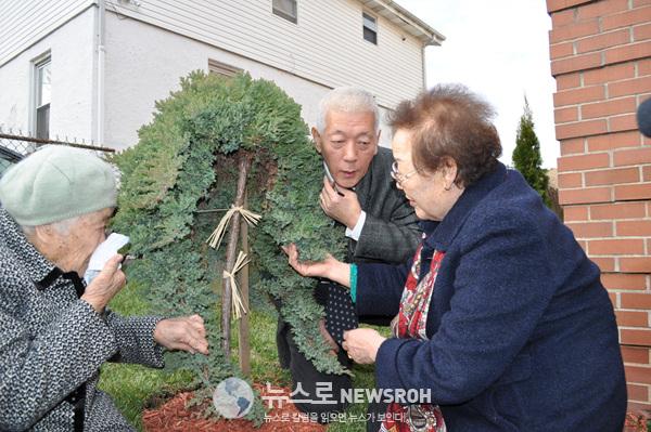 2011년 할머니들 기림비 방문 (1).jpg