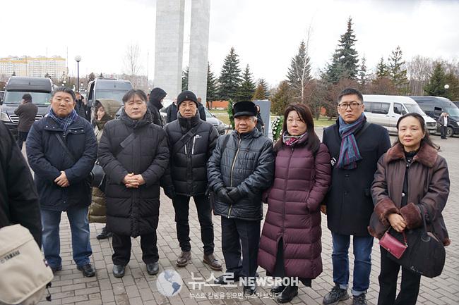 김원일 회장과 조문객들.jpg
