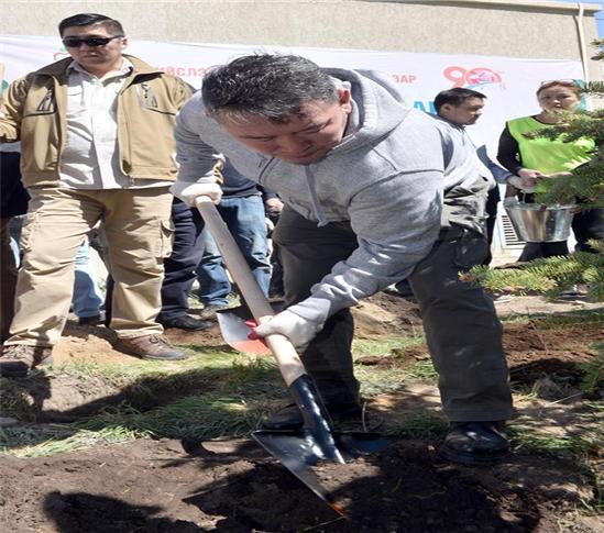 바트톨가 대통령 식목일 맞아 기념식수.jpg