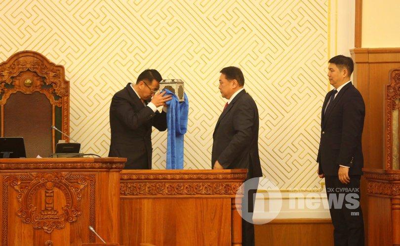 L.Enkh-amgalan 이 국회 회의를 운영한다.jpg