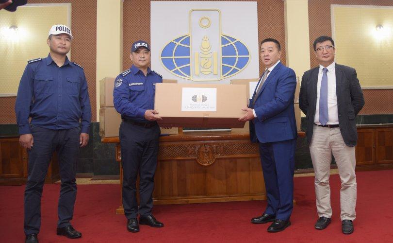 외교부는 교통경찰에 마스크를 기증하여.jpg