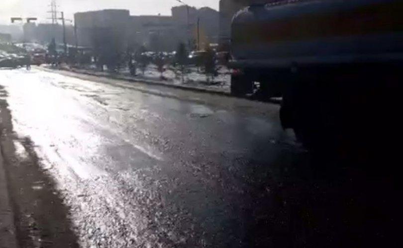 자동차 도로에서 유출된 기름을 중성화 작업 중.jpg