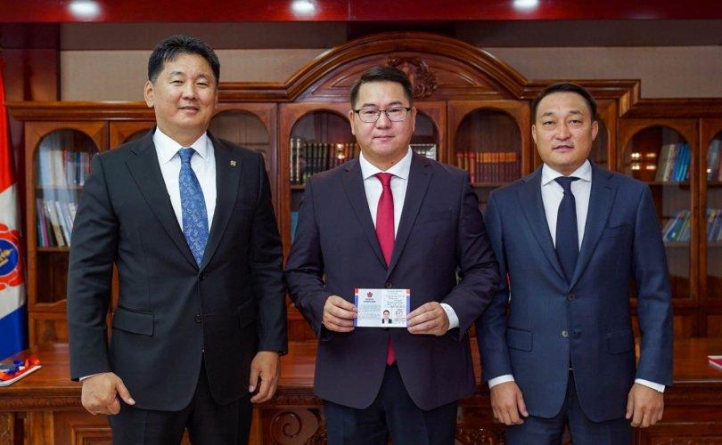 L.Naranbaatar는 몽골인민당에 입당하여.jpg