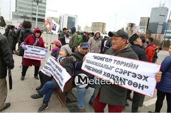 정부 퇴진을 위해 시위를 벌여.jpg