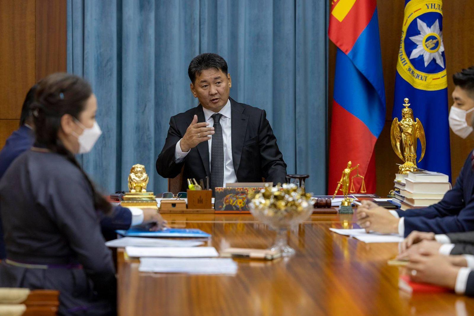 대통령은 해외의 몽골인들을 위한 사업과 프로그램에 대한 그의 정책적 지지를 표명.jpg