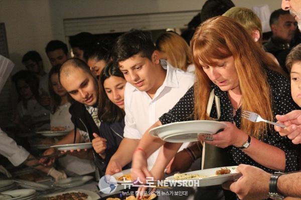 사찰음식을 그릇에 담는 참석자들.jpg