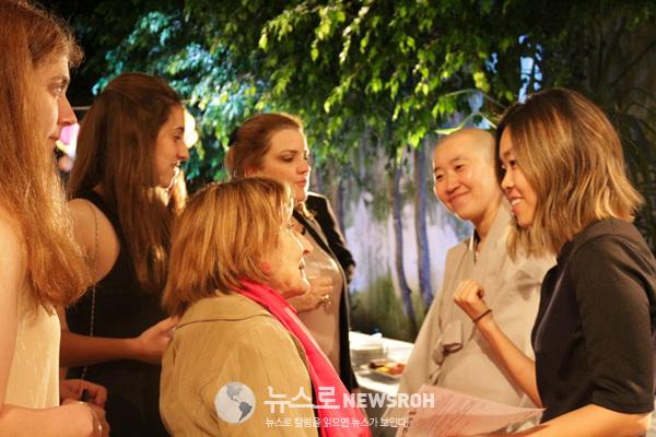 사찰음식에 대해 질문하는 참석자들.jpg
