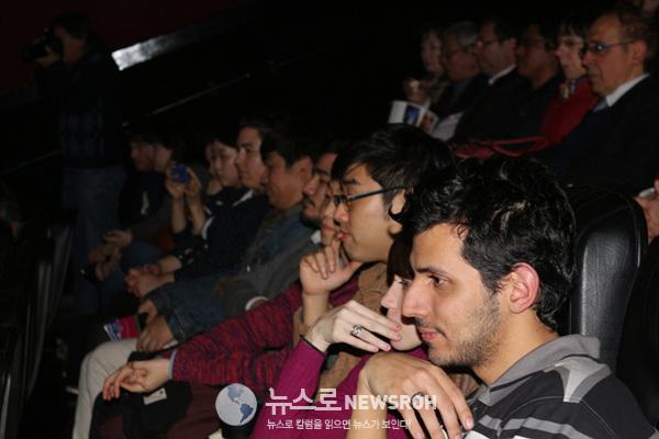 개막작 공조를 관람하기 위해 참석한 관객들.jpg