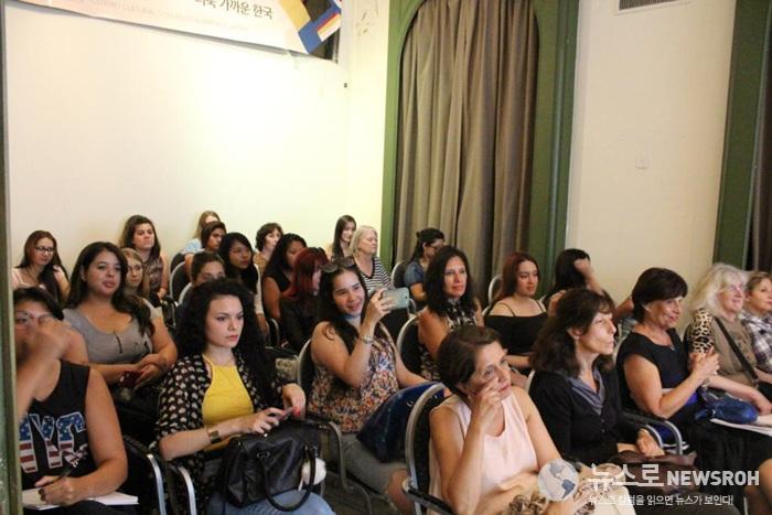 강연을 집중해서 듣고 있는 40여명의 참가자들.jpg