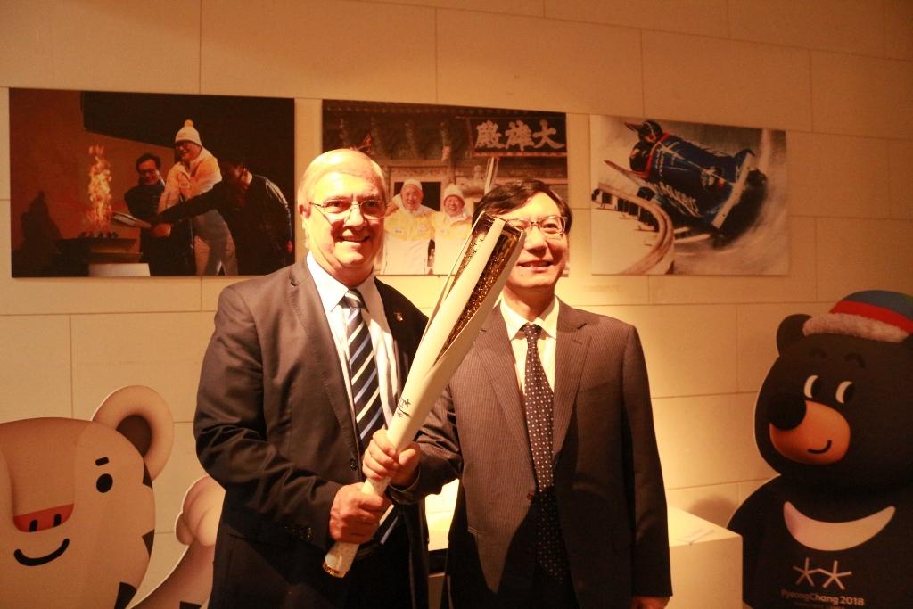 평창동계올림픽 성화봉을 잡고 있는 아르헨티나 올림픽위원회 사무총장(왼) 임기모 대사(오).JPG