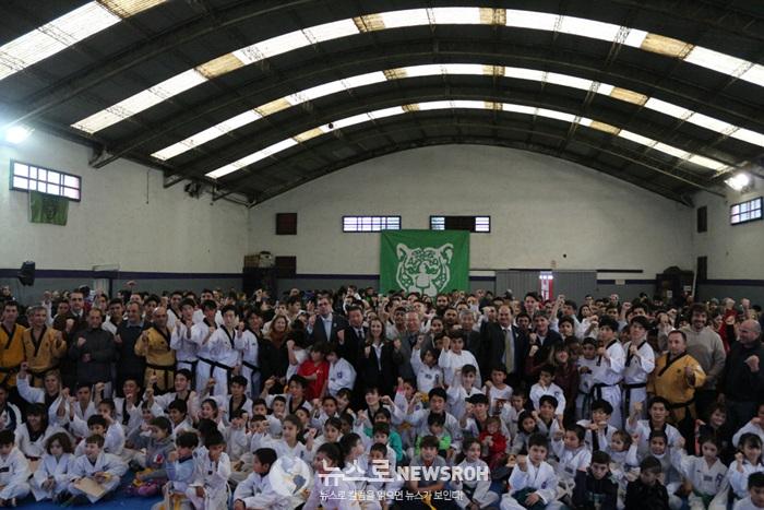 7월 8일 티그레 시청 산하 사르미엔토 체육관 국기원 및 관객 단체사진.jpg