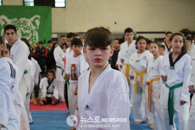 7월 8일 티그레 시청 산하 사르미엔토 체육관에서 태권도를 시범 중인 현지 청소년들.jpg