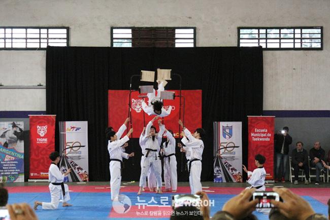 7월 8일 티그레 시청 산하 사르미엔토 체육관 국기원태권도시범단 공연 (4).jpg