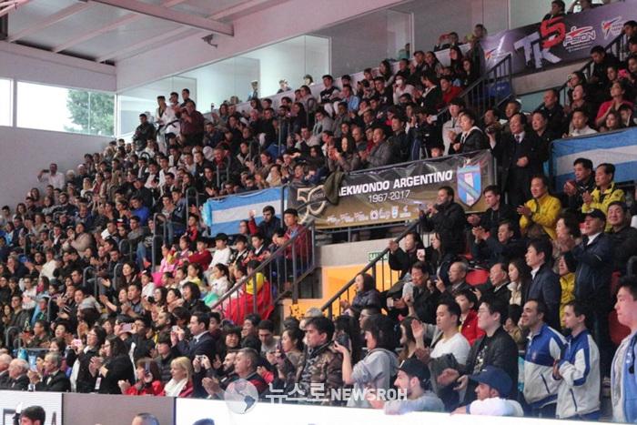 7월 9일 산 로렌소 경기장 국기원 시범 공연에 환호하는 관객들 (2).jpg