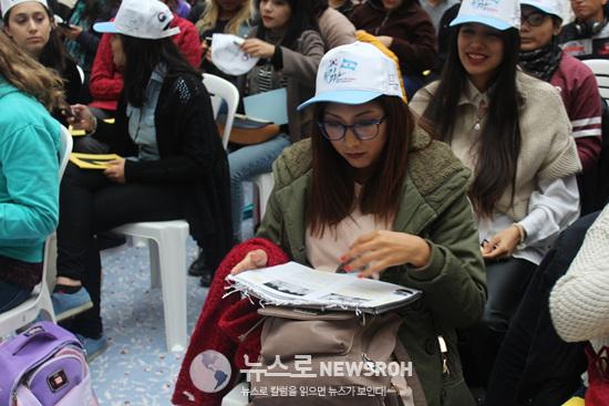 대기시간에도 손에서 노트를 떼지 않는 참가자들 (2).jpg