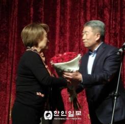 여성의 날을 축하하는 김로만 회장
