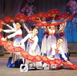 고려극장 가무단의 '여성의 날 ' 축하 공연