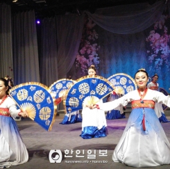 고려극장 가무단의 '여성의 날' 축하 공연