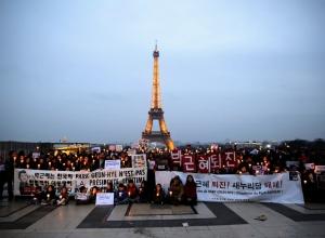 에펠탑에 타오르는 분노의 촛불
